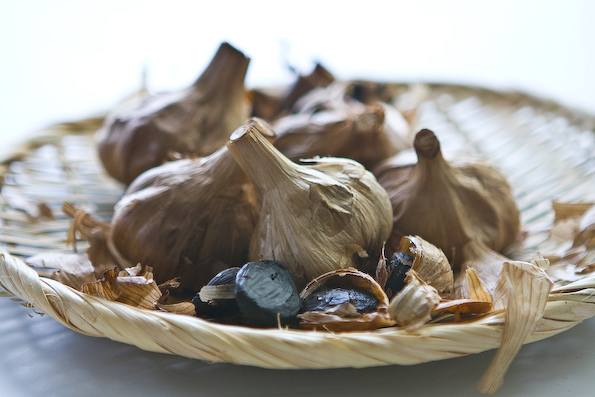 http://steamykitchen.com/wp-content/gallery/black-garlic-with-scallops/black-garlic-recipe-037.jpg
