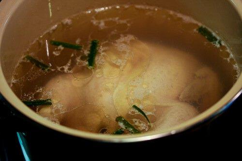 Ricetta di riso al pollo Hainanese - Far bollire il pollo con le farciture