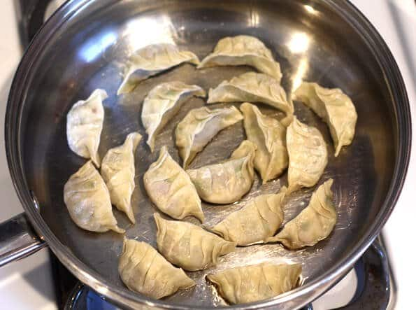 Gyoza Recipe - First fry gyoza on flat side
