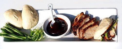 Peking chicken on a white plate