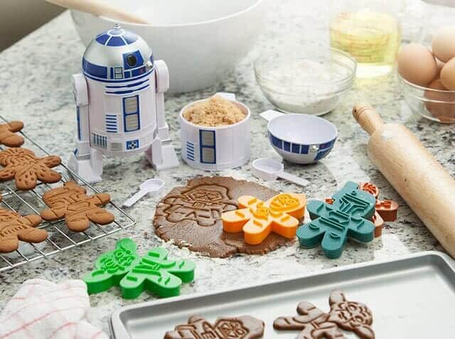 1c00_sw_gingerbread_cookie_cutters_inuse